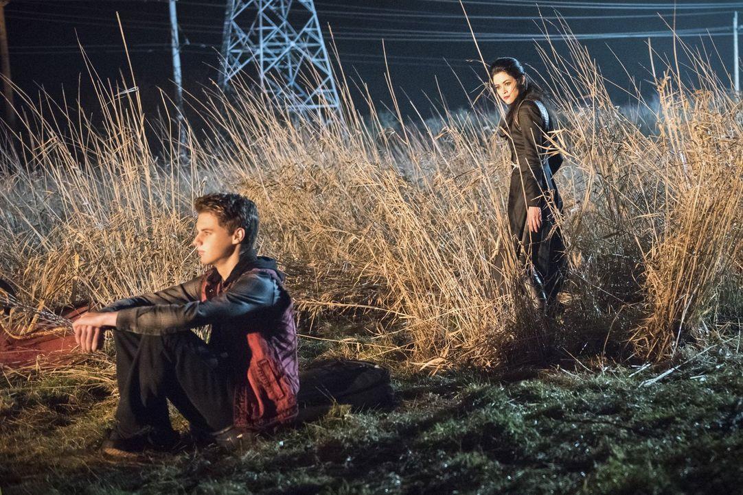 Schon in jungen Jahren war Mick (Mitchell Kummen, l.) begeistert von Feuer. Und das will sich die Pilgerin (Faye Kingslee, r.) zu Nutze machen, um M... - Bildquelle: 2015 Warner Bros.