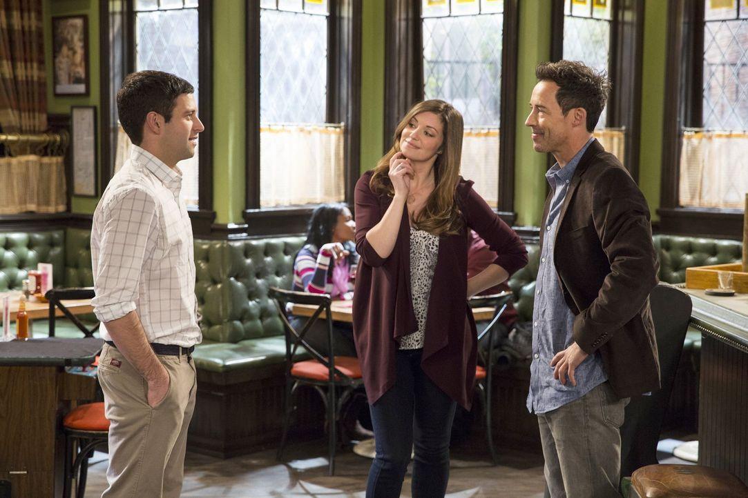 Nicht nur Justin (Brent Morin, l.) scheint Frank (Tom Cavanagh, r.) zu mögen. Leslie (Bianca Kajlich, M.) hat auch ein Auge auf ihn geworfen ... - Bildquelle: Warner Brothers