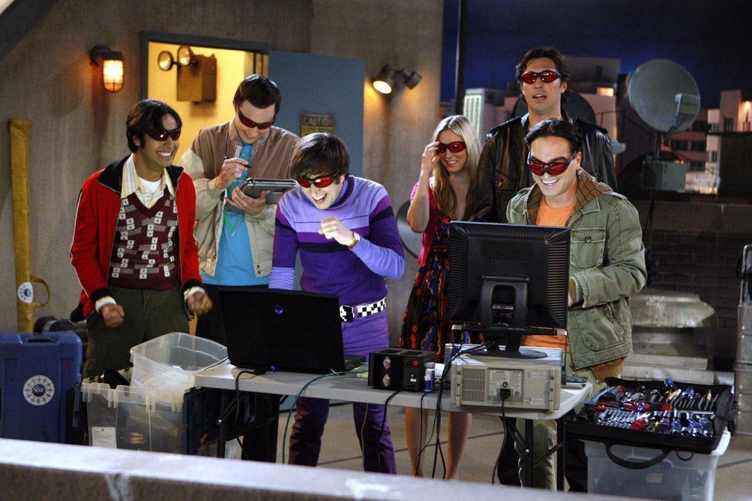 Die Freunde Leonard (Johnny Galecki, r.), Sheldon (Jim Parsons, 2.v.l.), Raj (Kunal Nayyar, l.) und Howard (Simon Helberg, 3.v.l.) wollen ein Laser-... - Bildquelle: Warner Bros. Television