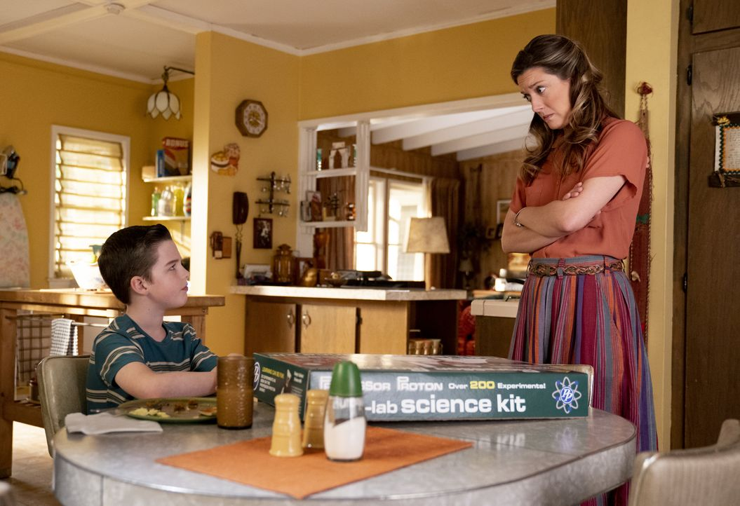 Sheldon Cooper (Iain Armitage, l.); Mary Cooper (Zoe Perry, r.) - Bildquelle: 2019 Warner Bros. Entertainment Inc.  All Rights Reserved.