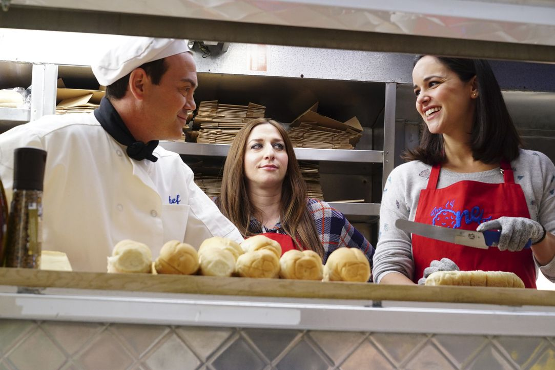 (v.l.n.r.) Charles Boyle (Joe Lo Truglio); Gina Linetti (Chelsea Peretti); Amy Santiago (Melissa Fumero) - Bildquelle: Jordin Althaus 2018 UNIVERSAL TELEVISON LLC. All rights reserved. / Jordin Althaus