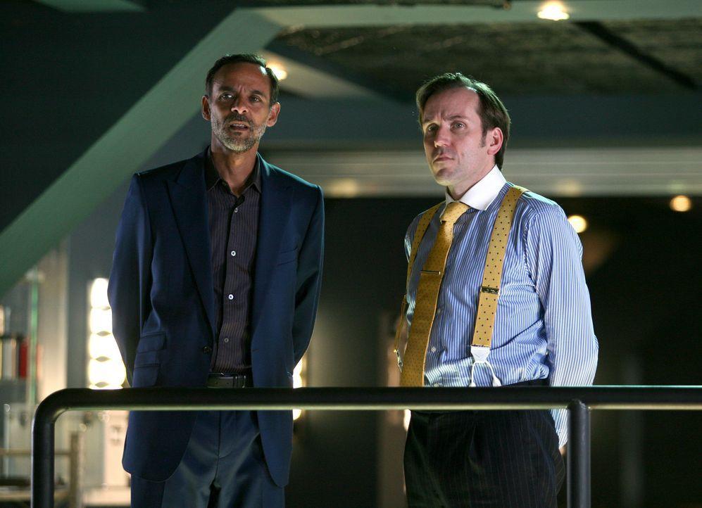 Können nicht fassen, dass Danny plötzlich wieder zurück ist: Philip Burton (Alexander Siddig, l.) und James Lester (Ben Miller, r.) ... - Bildquelle: ITV Plc