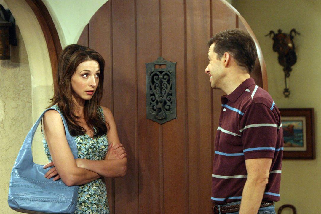 Sind nicht gut aufeinander zu sprechen: Judith (Marin Hinkle, l.) und Alan (Jon Cryer, r.) ... - Bildquelle: Warner Bros. Television