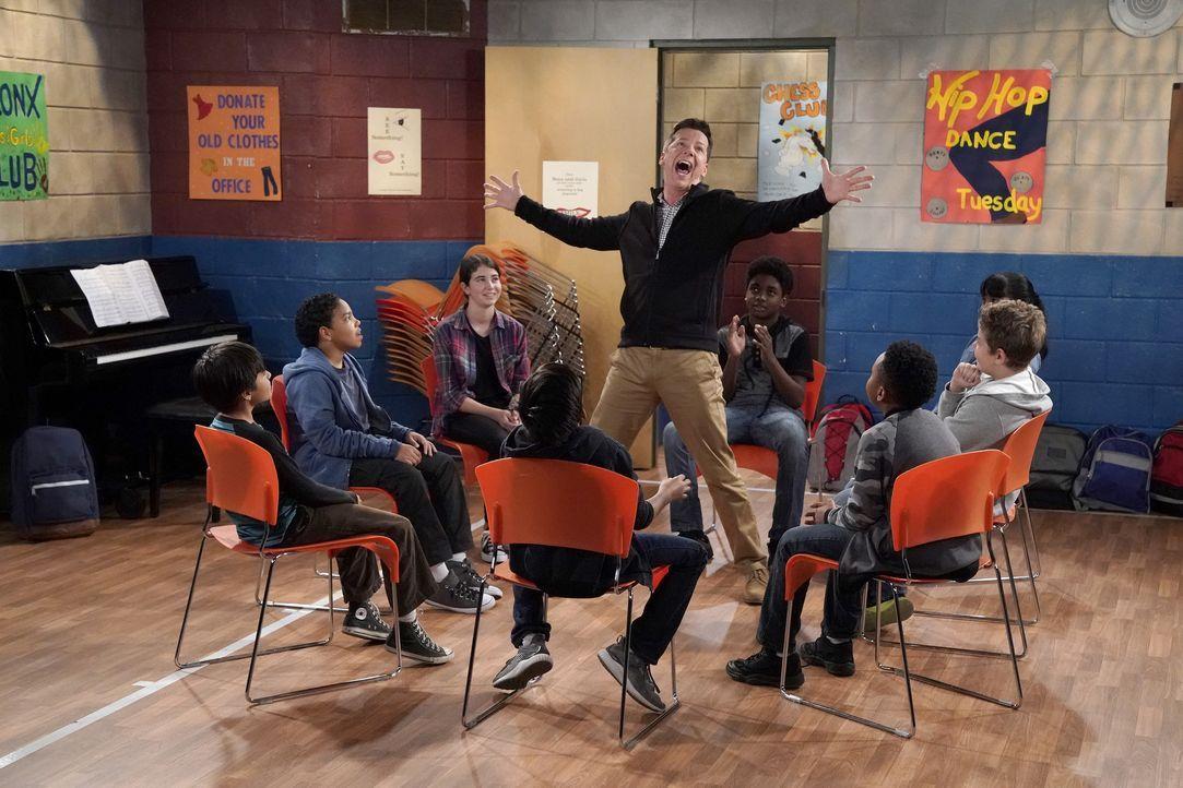 Jack (Sean Hayes, M.) soll Kindern das Schauspielern beibringen, obwohl er sich dafür eigentlich viel zu überqualifiziert sieht ... - Bildquelle: Chris Haston 2017 NBCUniversal Media, LLC / Chris Haston