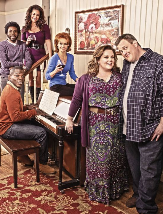 (3. Staffel) - MIKE & MOLLY: Samuel (Nyambi Nyambi, hinten l.), Carl (Reno Wilson, M.l.), Mike (Billy Gardell, vorne r.), Molly (Melissa McCarthy, v... - Bildquelle: Warner Brothers