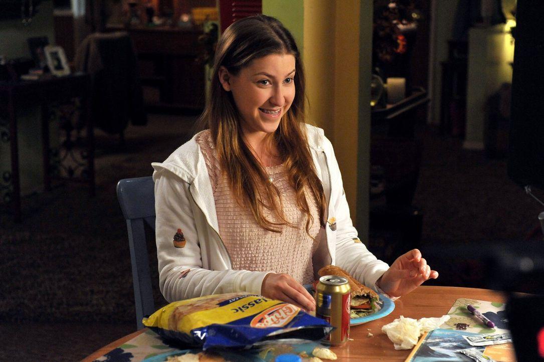 Weil Sue (Eden Sher) sich wünscht, dass im Jahrbuch der Schule endlich ein Foto von ihr erscheint, bittet sie ihre Vertrauenslehrerin um Hilfe. Die... - Bildquelle: Warner Brothers