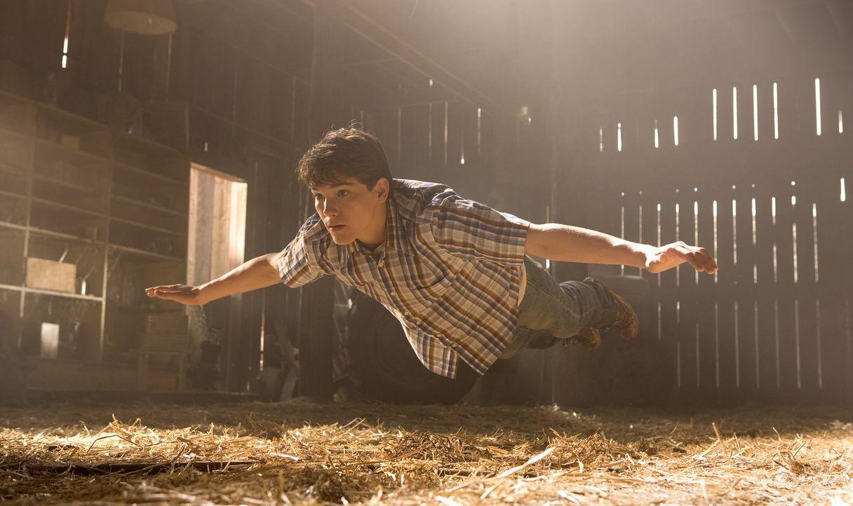 In Rückblenden erinnert sich Superman (Stephen Bender) an die Entdeckung seiner Superkräfte im Teenager-Alter ... - Bildquelle: Warner Brothers International Television Distribution Inc.