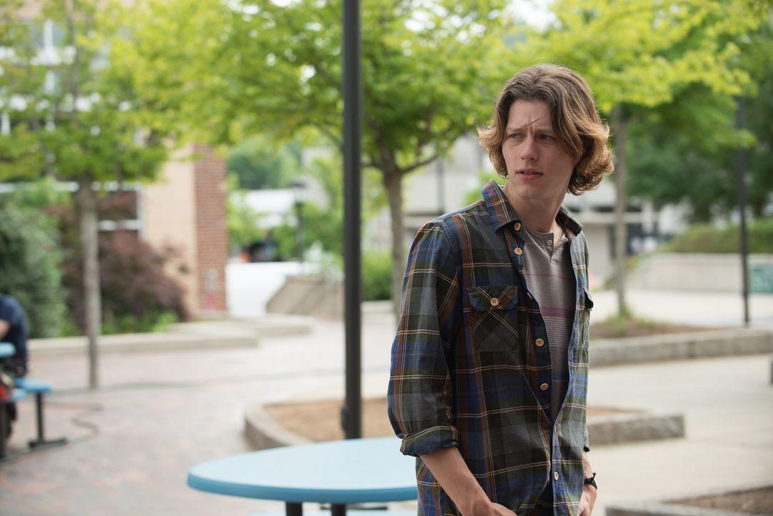 Der beliebte und attraktive Toby (Nick Eversman) hat der unscheinbaren Bianca gehörig den Kopf verdreht, doch sie schafft es einfach nicht, mit ihm... - Bildquelle: 2015 Granville Pictures Inc. ALL RIGHTS RESERVED.