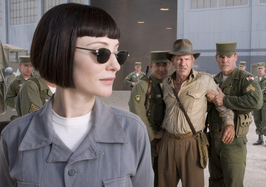 1957 in der Wüste Nevadas, der Kalte Krieg ist in vollem Gange und Indiana Jones (Harrison Ford, 2.v.r.) ist den Russen in die Hände gefallen. Ind... - Bildquelle: Lucasfilm Ltd. & TM. All Rights Reserved