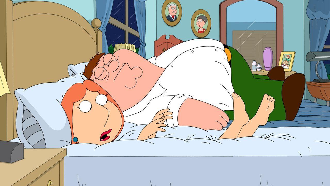Lois (l.) ist mit ihrer Matratze nicht mehr zufrieden. Sie kauft eine neue und möchte sie sauber halten, was dazu führt, dass sie Peter (r.) den Sex... - Bildquelle: 2015-2016 Fox and its related entities. All rights reserved.