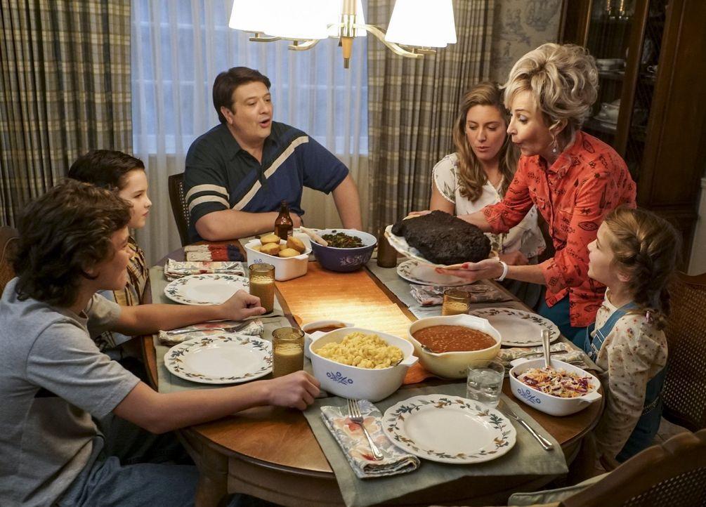 Ein gemeinsames Familienessen endet in einer Streiterei um das Rinderbrustrezept: (v.l.n.r.) Georgie (Montana Jordan), Sheldon (Iain Armitage), Geor... - Bildquelle: Warner Bros.