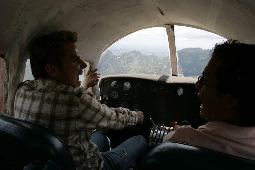 Während des Fluges fällt das Höhenruder aus und der Pilot seilt sich per Fallschirm ab. Moes (Jon Karthaus, l.), der  bisher nur Kenntnisse über...