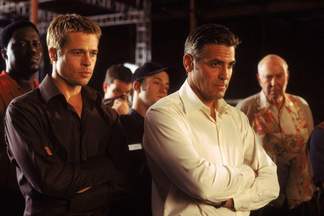 Wollen drei Kasinos um 150 Millionen Dollar erleichtern, ohne Blut zu vergießen: Dusty Ryan (Brad Pitt, l.) und Danny Ocean (George Clooney, r.). Ab... - Bildquelle: Warner Bros. Pictures