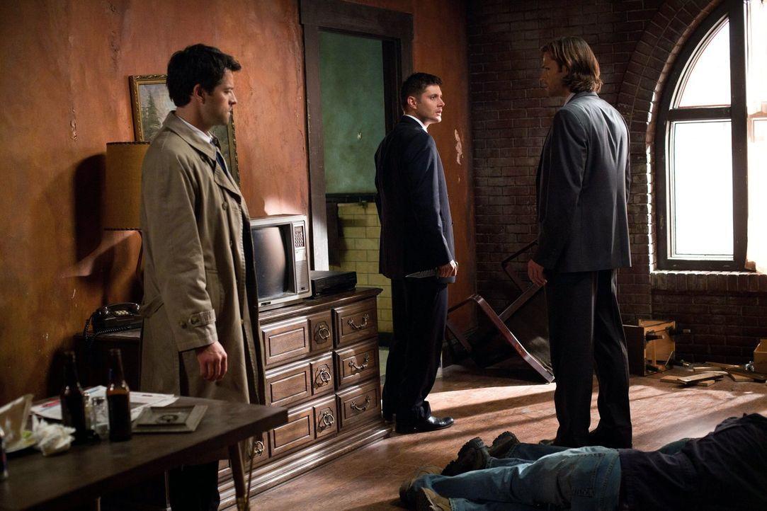 Cas (Misha Collins, l.) braucht Sams (Jared Padalecki, r.) und Deans (Jensen Ackles, M.) Hilfe, doch einige wichtige Informationen hält er vor den b... - Bildquelle: Warner Bros. Television
