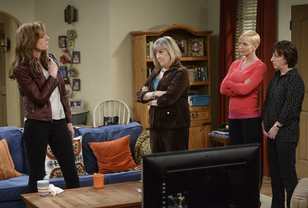 Einerseits sind Wendy (Beth Hall, r.), Jill (Jamie Pressly, 2.v.r.) und Marjorie (Mimi Kennedy, 2.v.l.) sauer, andererseits wollen sie der rückfälli... - Bildquelle: Warner Bros. Television