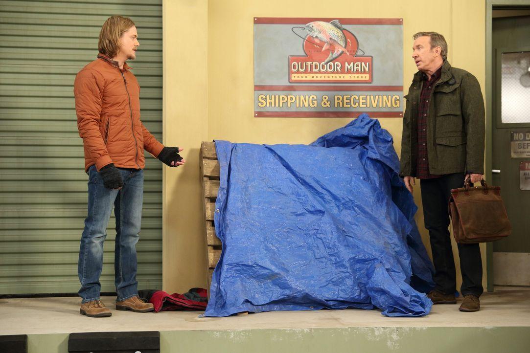"""Dave, ein Obdachloser, der sein Lager hinter """"Outdoor Man"""" aufgeschlagen hat, wird von Kyle (Christoph Sanders, l.) vermisst. Mike (Tim Allen, r.) h... - Bildquelle: 2014-2015 American Broadcasting Companies. All rights reserved."""