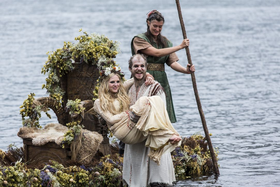 Mit einer traditionellen Wikingerhochzeit feiern Floki (Gustaf Skarsgard, M.) und Helga (Maude Hirst, l.) ihr Liebesglück ... - Bildquelle: 2014 TM TELEVISION PRODUCTIONS LIMITED/T5 VIKINGS PRODUCTIONS INC. ALL RIGHTS RESERVED.