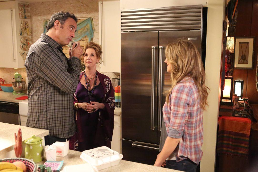 Als Polly (Sarah Chalke, r.) erkennt, dass Max (Brad Garrett, l.) und Elaine (Elizabeth Perkins, M.) ihr nicht nur eine Bleibe bieten, sondern ihr a... - Bildquelle: 2013 American Broadcasting Companies. All rights reserved.