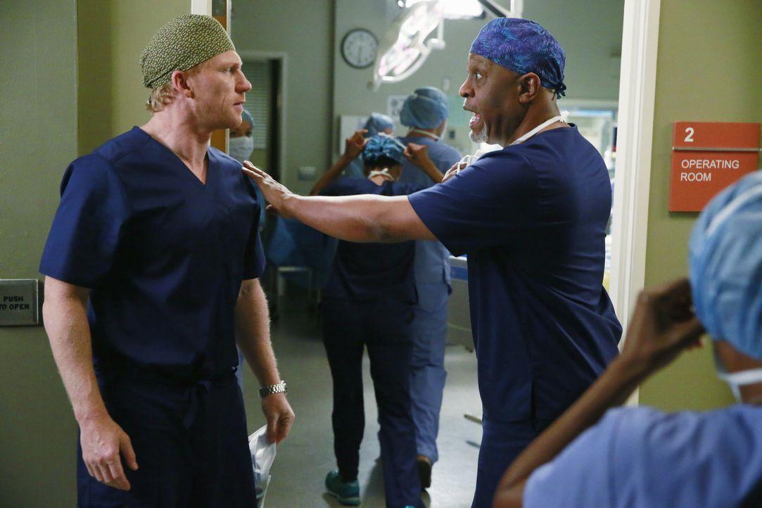 Richard (James Pickens jr., r.) hat schlechte Neuigkeiten für Owen (Kevin McKidd, l.) ... - Bildquelle: ABC Studios