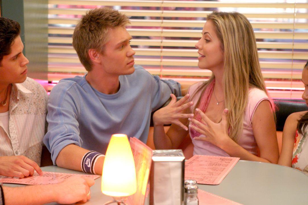 Austin Ames (Chad Michael Murray, M.) beendet die Beziehung mit seiner Freundin Shelby (Julie Gonzalo, r.), weil er glaubt, sich in seine Chatbekann... - Bildquelle: Warner Bros.