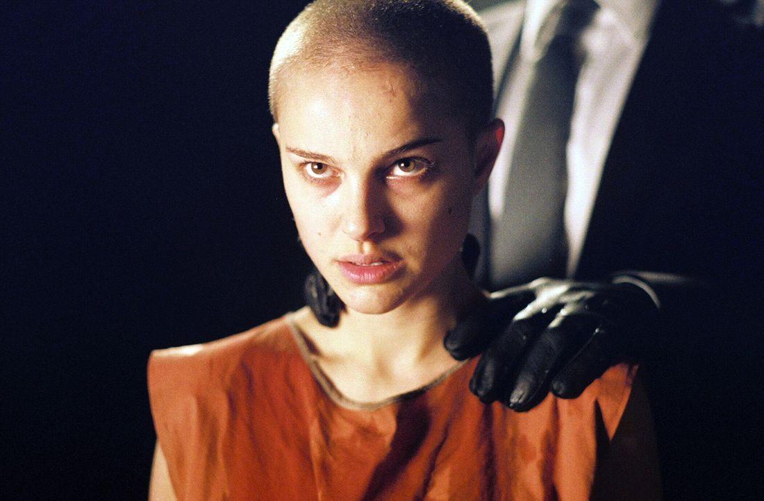 Nach einem Zwischenfall in einem Londoner Kanal nimmt Vendetta die junge Evey (Natalie Portman) unter seine Fittiche. Evey ist sehr wissbegierig und... - Bildquelle: Warner Bros. Pictures