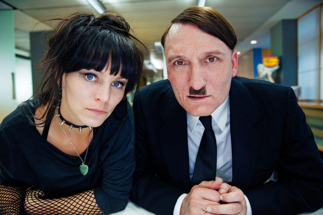 Die junge Sekretärin Fräulein Krömeier (Franziska Wulf, l.) soll Adolf Hitler (Oliver Masucci, r.) zur Seite stehen, als dieser sich im Wirrwarr der... - Bildquelle: 2015 Constantin Film Verleih GmbH.