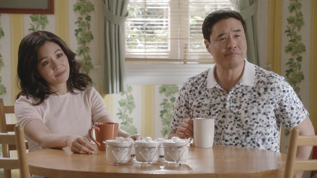 Jessica Huang (Constance Wu, l.); Louis Huang (Randall Park, r.) - Bildquelle: 2018-2019 American Broadcasting Companies.  All rights reserved.
