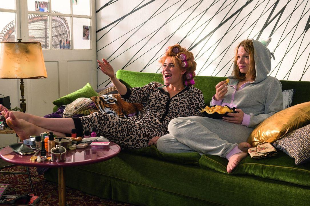 Auf der Suche nach der wahren Liebe: die beiden chaotischen Freundinnen Hannah (Karoline Herfurth, r.) und Vivi (Palina Rojinski, l.) ... - Bildquelle: Stephan Rabold