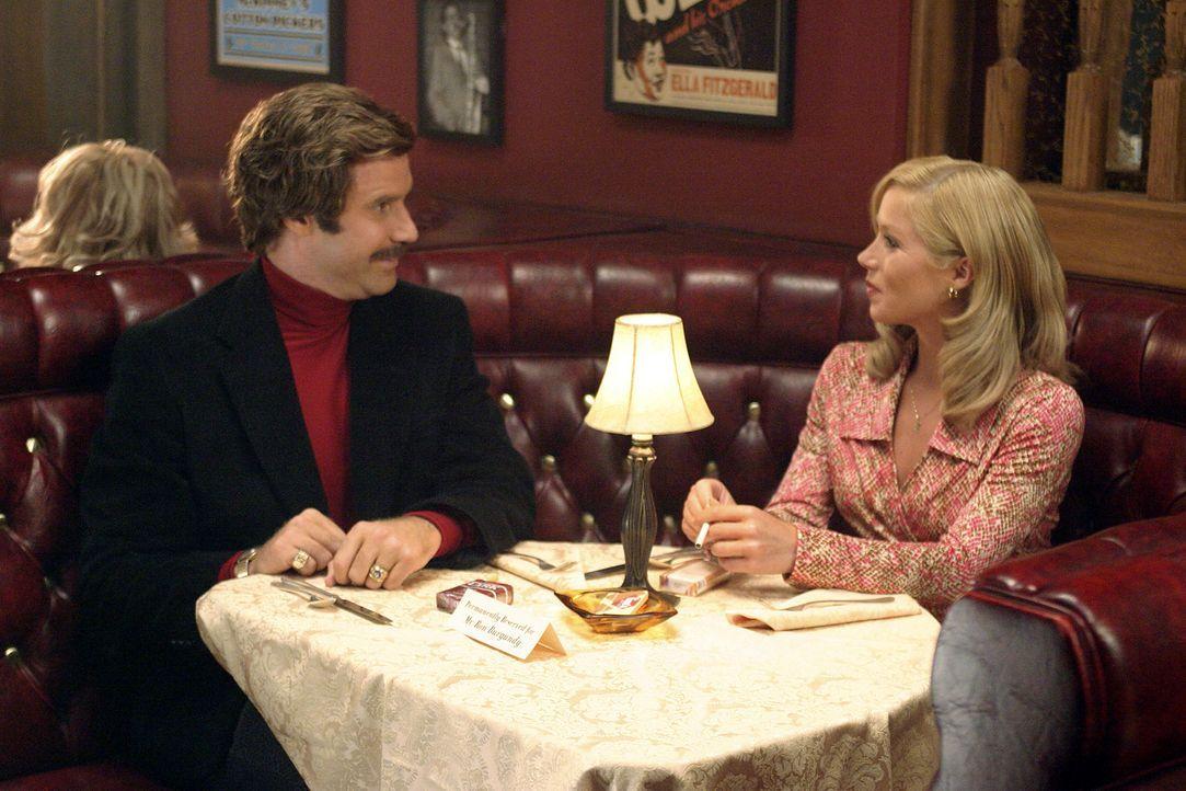 Eigentlich hat Ron Burgundy (Will Ferrell, l.) nichts gegen seine Kollegin Veronica Corningstone (Christina Applegate, r.), solange sie sich ihrer S... - Bildquelle: Frank Masi DreamWorks