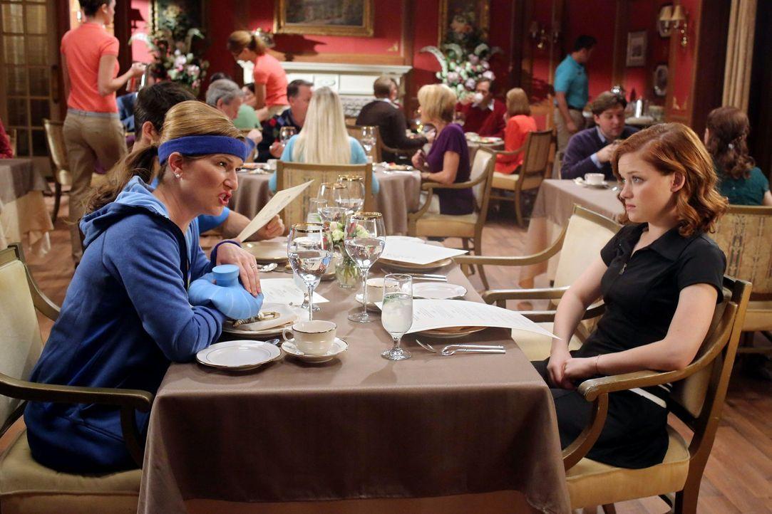 Tessa (Jane Levy, r.) muss sich von der Mutter ihres Freundes Ryan anhören, wie sie ihre Tochter unter allen Umständen unter die Haube bringen möcht... - Bildquelle: Warner Brothers
