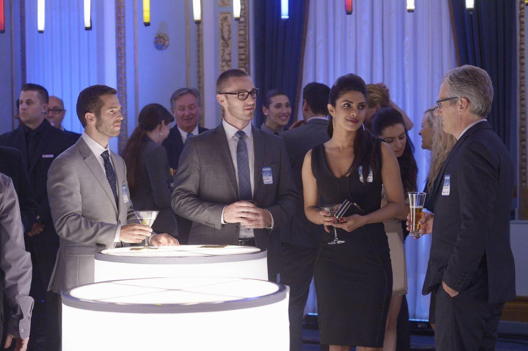 Bei ihrem Undercover-Einsatz werden die Rekruten Alex (Priyanka Chopra, 2.v.r.) und Ryan (Jake McLaughlin, 2.v.l.) auf eine schwere Probe gestellt ... - Bildquelle: 2015 ABC Studios