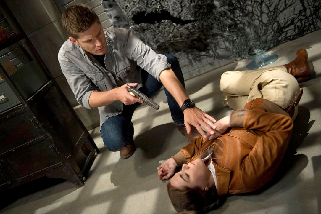 Schnell wird Dean (Jensen Ackles, l.) klar, dass Dorothy (Kaniehtiio Horn, r.) nicht die Einzige ist, die in der Wand eingesperrt war ... - Bildquelle: 2013 Warner Brothers