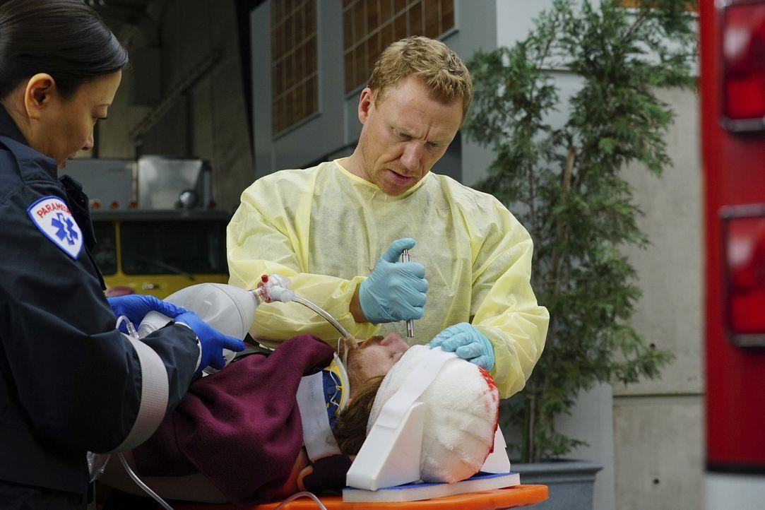 Gibt alles, um eine Patientin zu retten: Owen (Kevin McKidd, r.) ... - Bildquelle: Richard Cartwright 2016 American Broadcasting Companies, Inc. All rights reserved.