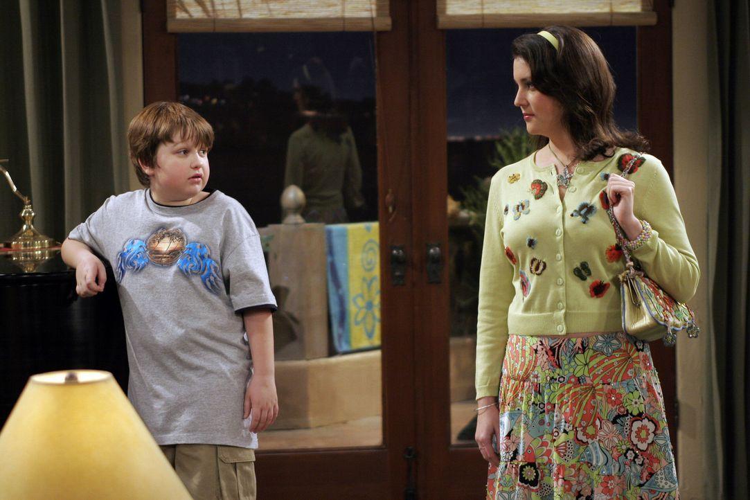Wissen nicht was sie von Charlie und Jons Aktion halten sollen: Rose (Melanie Lynskey, r.) und Jake (Angus T. Jones, l.) ... - Bildquelle: Warner Bros. Television