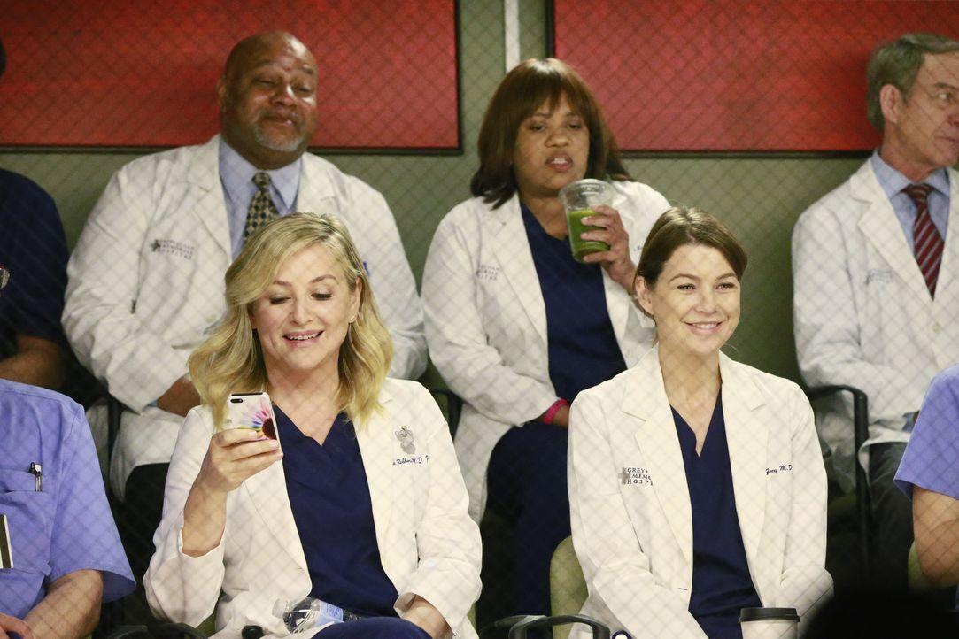 Wollen Catherine Avery bei einer ganz besonderen Operation zusehen: Arizona (Jessica Capshaw, vorne l.), Miranda (Chandra Wilson, hinten r.) und Mer... - Bildquelle: ABC Studios