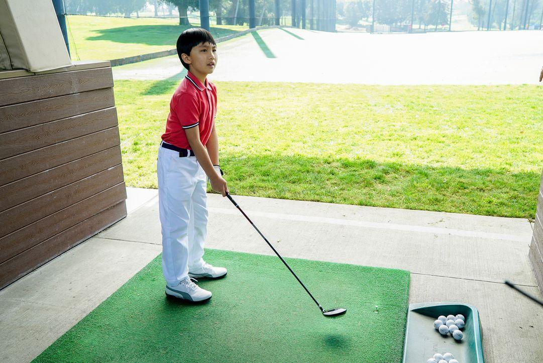 Jessica (Constance Wu, l.) ist sich sicher, dass mit einem harten disziplinierten Training ihr Sohn Eddie (Hudson Yang, r.) ganz schnell zum Golfpro... - Bildquelle: 2016-2017 American Broadcasting Companies. All rights reserved.