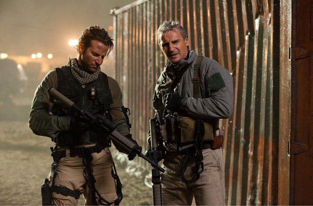 Lagebesprechnung: Face (Bradley Cooper, l.) und Hannibal (Liam Neeson, r.) diskutieren, wie sie ohne Beweise für ihre Unschuld dem Gefängnis entkomm... - Bildquelle: TM and   2010 Twentieth Century Fox Film Corporation. All rights reserved. Not for sale or duplication.
