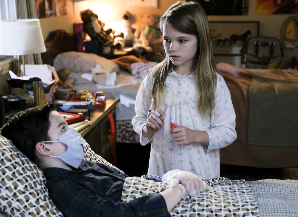 Wie geht Missy (Raegan Revord, r.) mit Sheldons (Iain Armitage, l.) übertriebener Angst vor Viren und Bakterien um? - Bildquelle: Warner Bros. Television