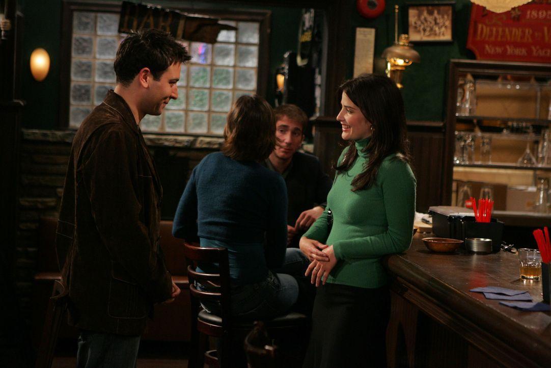Als Ted (Josh Radnor, l.) in einer Bar Robin (Cobie Smulders, r.) kennenlernt, ist er hin und weg von ihr ... - Bildquelle: 20th Century Fox International Television