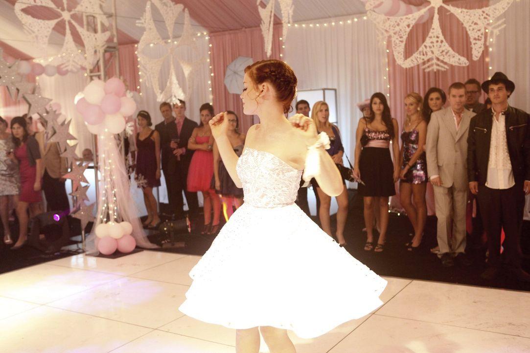 Eine gelungene Party? Tessa (Jane Levy) ... - Bildquelle: Warner Bros. Television