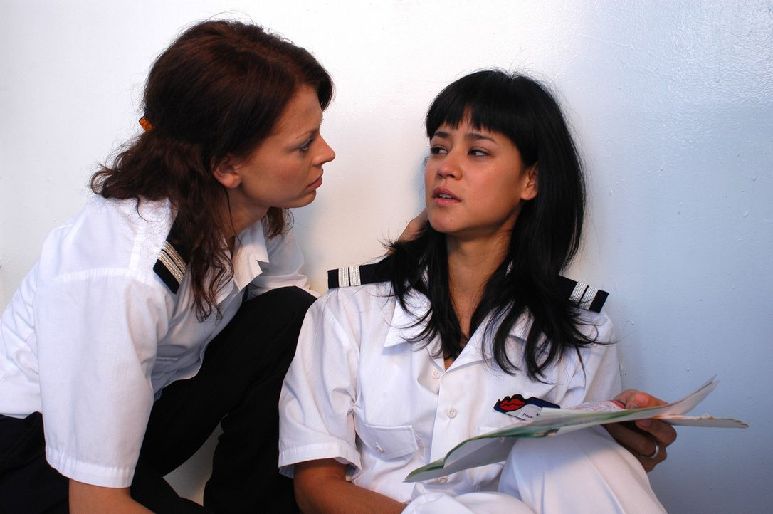 Sowohl Katrin (Isabell Gerschke, l.) als auch Zimmermädchen Mary (Luka Omoto, r.) leiden schrecklich unter Liebeskummer ... - Bildquelle: ProSieben