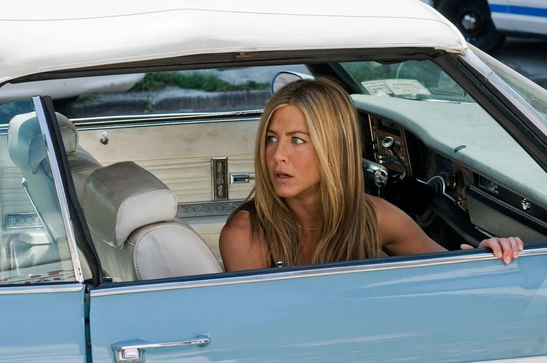 Die Enthüllungsjournalistin Nicole Hurly (Jennifer Aniston) verfolgt gerade eine Heiße Spur in einem Mordfall, als ihr Ex, der Kautions-Cop Milo v... - Bildquelle: 2010 Columbia Pictures Industries, Inc. and Beverly Blvd LLC. All Rights Reserved.