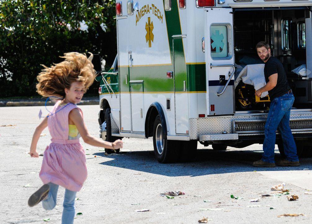 Der Kampf ums Überleben geht weiter: Barbie (Mike Vogel, r.) und Angie (Britt Robertson, l.) ... - Bildquelle: 2013 CBS Broadcasting Inc. All Rights Reserved
