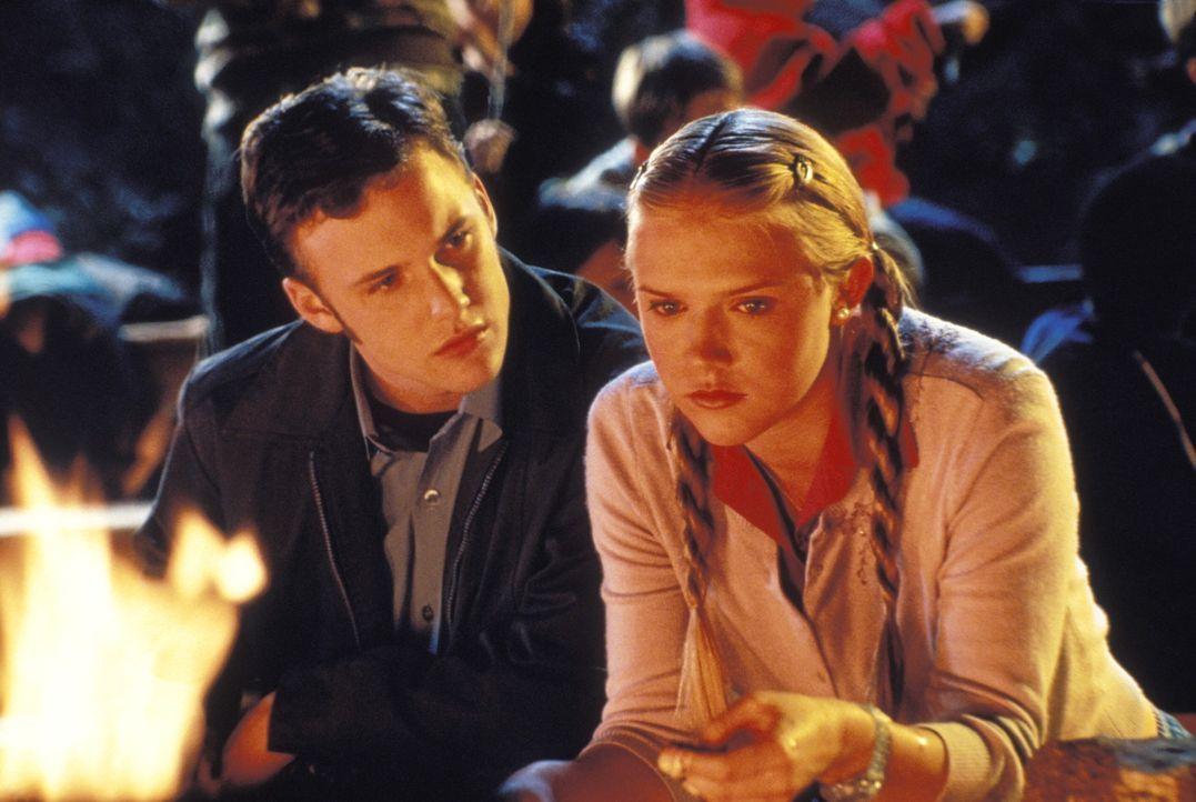 Abends am Lagerfeuer wird es endlich richtig romantisch. Funkt es auch zwischen Wichita (Brad Renfro, l.) und der hübschen Wendy (Dominique Swain,... - Bildquelle: Warner Brothers