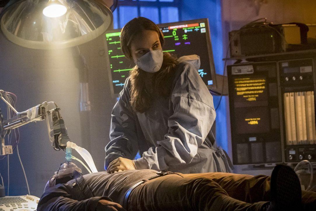 Caitlin (Danielle Panabaker) wird dazu gezwungen, eine komplizierte OP durchzuführen. Sollte sie scheitern, wäre das ihr Todesurteil ... - Bildquelle: 2017 Warner Bros.