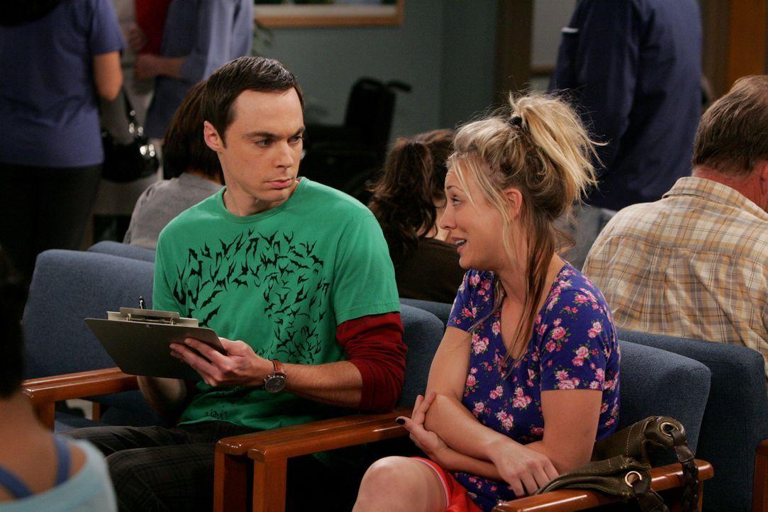 Durch einen Unfall in der Badewanne, ist Penny (Kaley Cuoco, r.) gezwungen, Sheldon (Jim Parsons, l.) um Hilfe zu bitten ... - Bildquelle: Warner Bros. Television