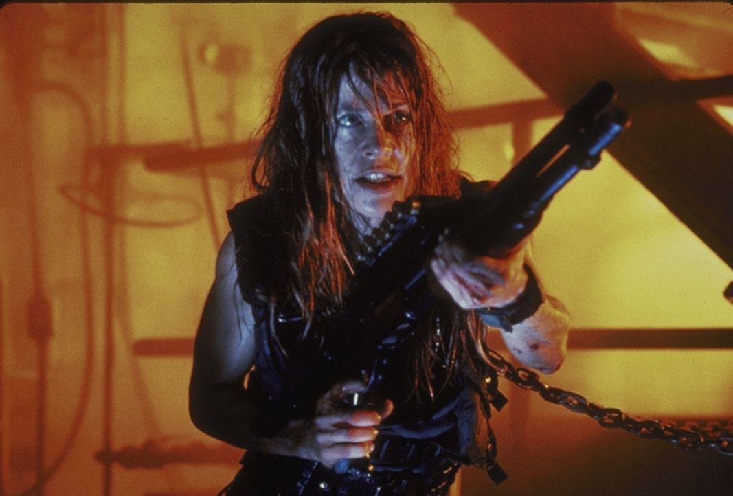 Sarah Connor (Linda Hamilton) ist keineswegs hilflos; in den letzten Jahren wurde aus ihr eine knallharte Überlebenskämpferin ... - Bildquelle: Columbia TriStar Films