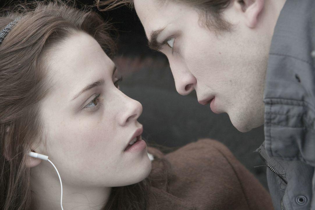 Ihr Blut ist eine Versuchung, der Edward (Robert Pattinson, r.) widerstehen muss; für Bella (Kristen Stewart, l.) ist er eine konstante Gefahr. Tro... - Bildquelle: 2008 Summit Entertainment, LLC All Rights Reserved