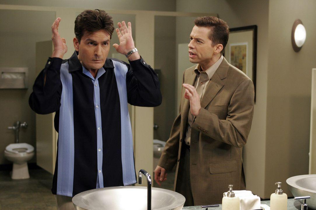 Alan (Jon Cryer, r.) fleht seinen Bruder Charlie (Charlie Sheen, r.) an, ihm Jamie zu überlassen. Charlie willigt ein, aber so sehr er sich auch an... - Bildquelle: Warner Bros. Television