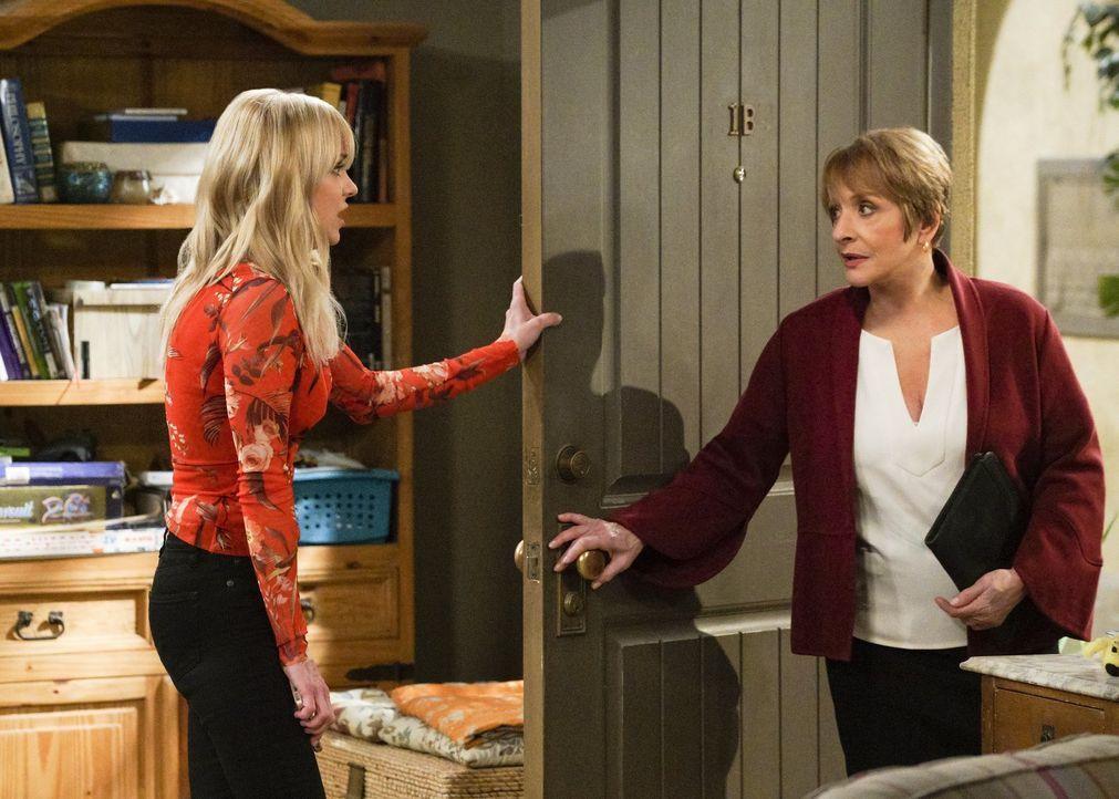 Christy (Anna Faris, l.) versucht, bei ihrer neuen Vermieterin Rita (Patti LuPone, r.) zu retten, was zu retten ist, nachdem Bonnie sich mit ihr ang... - Bildquelle: 2018 Warner Bros.